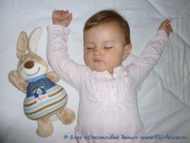 Приучить малыша к своей кроватке